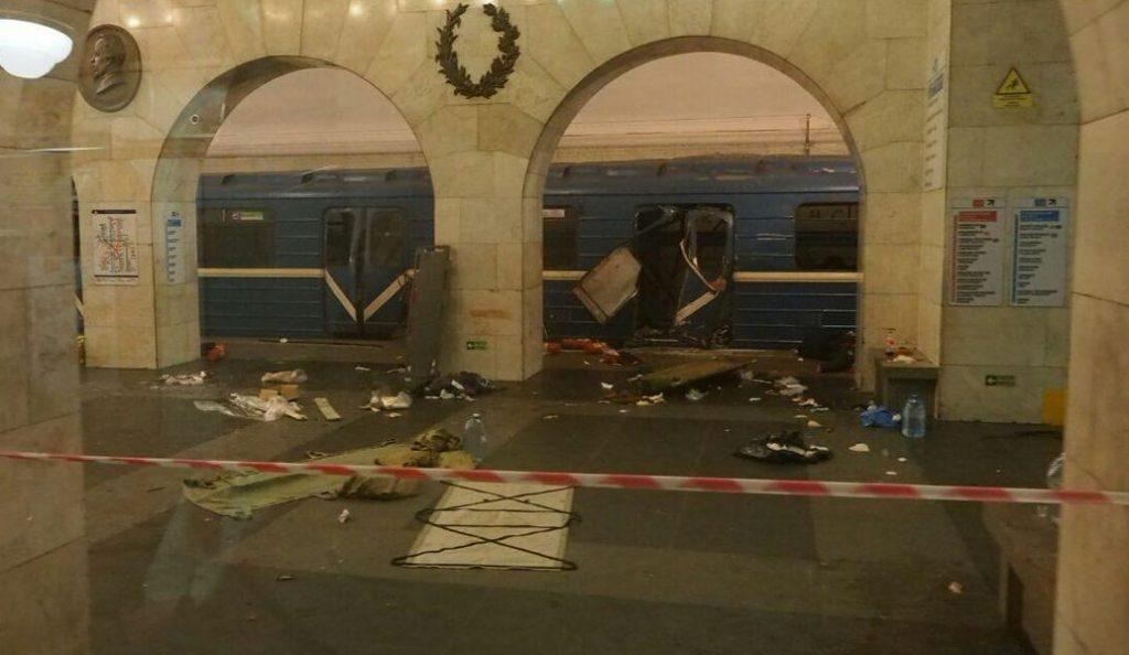 Το κατεστραμμένο βαγόνι και ο πανικοβλημένος κόσμος, μετά την έκρηξη στο μετρό της Αγίας Πετρούπολης (video)   Pagenews.gr