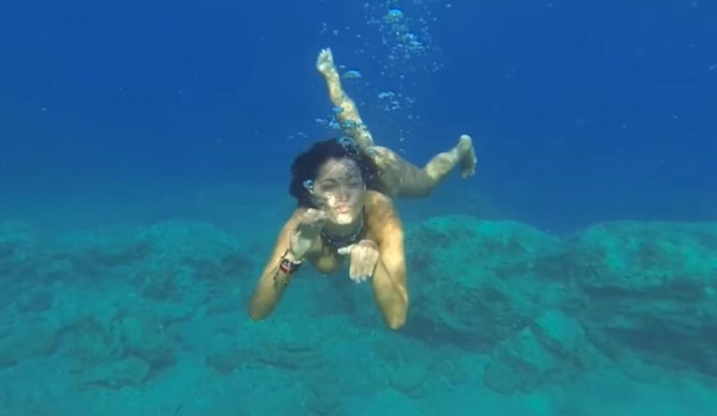 Όταν η Κλέλια Ρένεση κολύμπησε γυμνή μπροστά στο φακό! (vid) | Pagenews.gr
