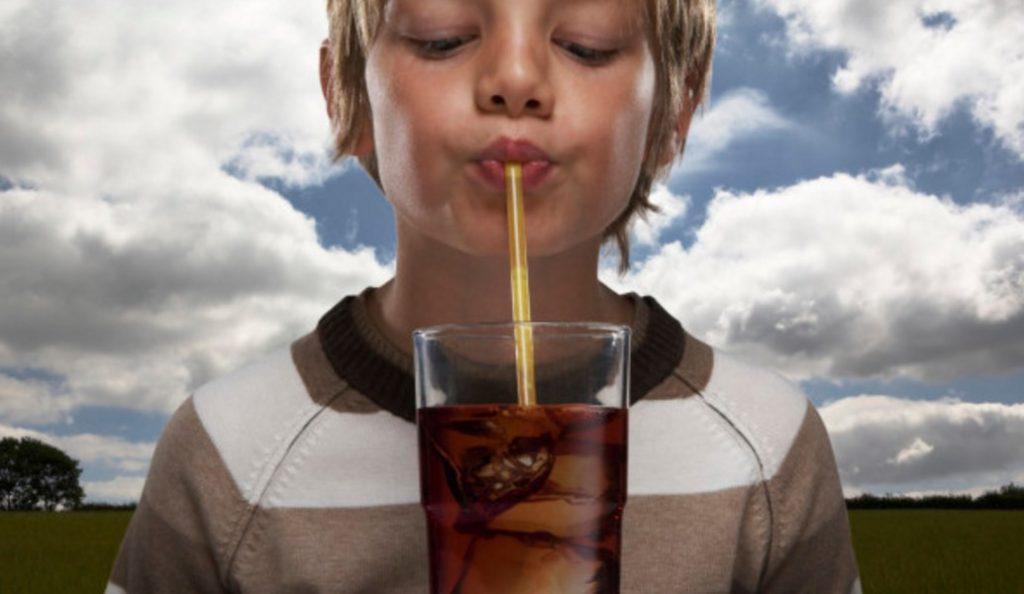 Γιατί πρέπει να αποφεύγεται η κατανάλωση αναψυκτικών από τα παιδιά;   Pagenews.gr