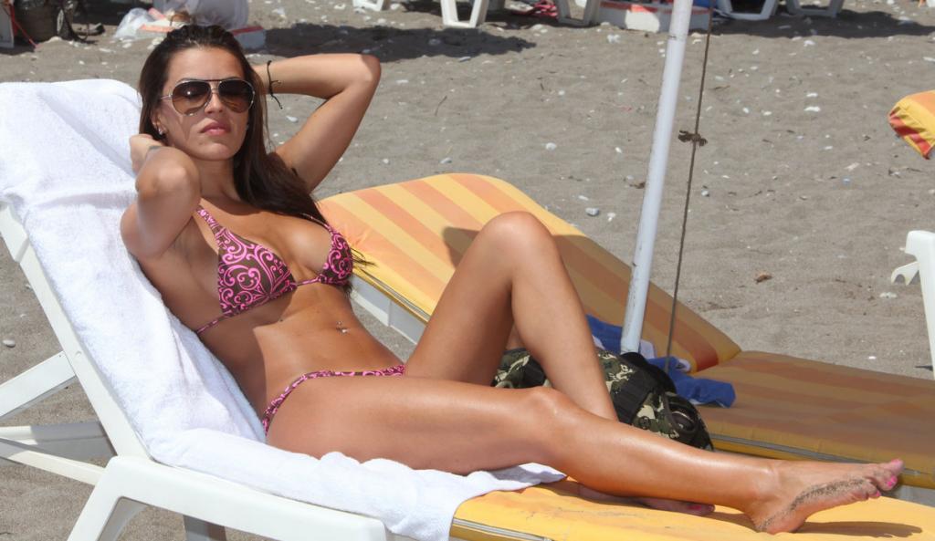 Η Κολέτσα στην παραλία με «καυτό» brazilian μαγιό (vid)   Pagenews.gr
