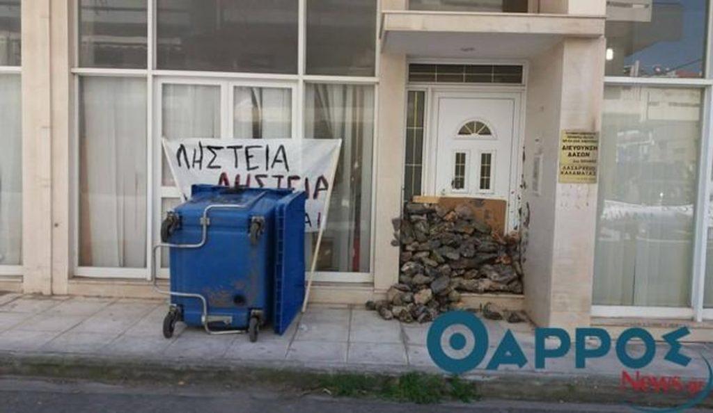 Εξαγριωμένοι αγρότες έχτισαν με πέτρες το Δασαρχείο Καλαμάτας (vid) | Pagenews.gr