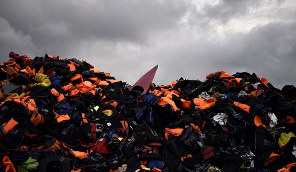 Ένα ιγκλού από σωσίβια προσφύγων (pic) | Pagenews.gr