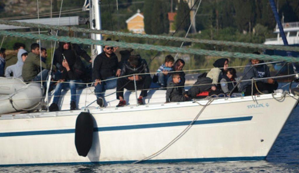 Πενήντα δύο πρόσφυγες περισυνέλεξε το «Blue Horizon» | Pagenews.gr