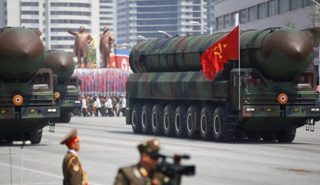 Η Βόρεια Κορέα προκαλεί ξανά: Μεταφέρει πύραυλο προς τις δυτικές ακτές της | Pagenews.gr