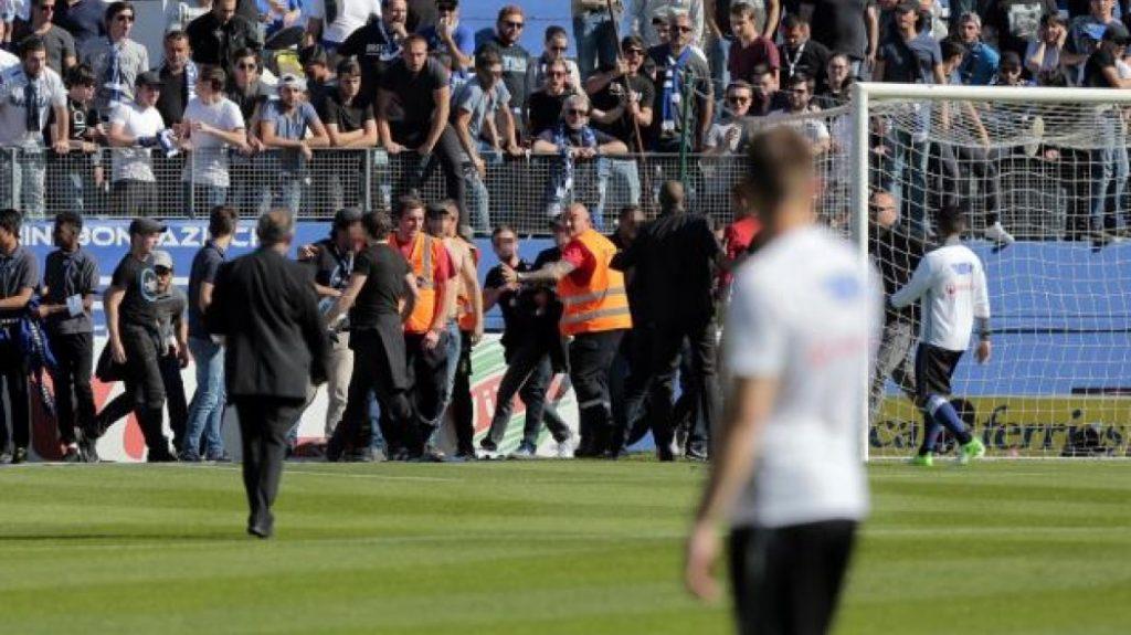 Ξύλο στην Τρίπολη: Επεισόδια μεταξύ οπαδών του Ολυμπιακού-Αστυνομίας   Pagenews.gr