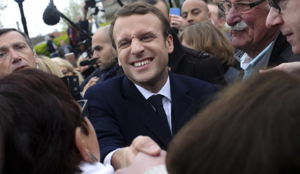 Γαλλία: Νέα δημοσκόπηση δίνει προβάδισμα στον Μακρόν   Pagenews.gr