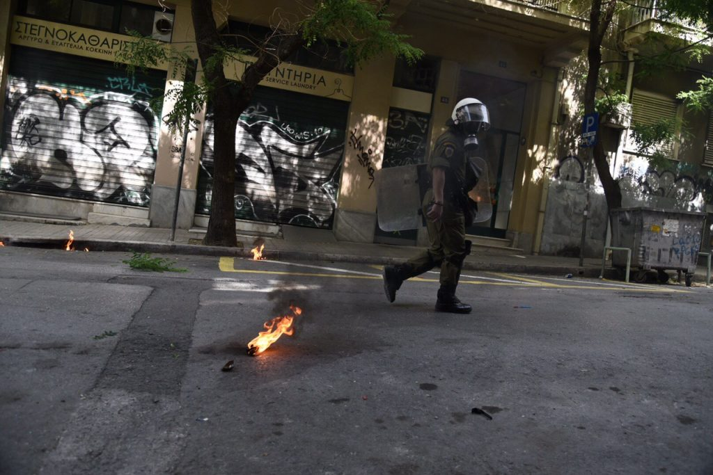 Επίθεση αντιεξουσιαστών σε λεωφορείο που μετέφερε κόσμο στο συλλαλητήριο στην Θεσσαλονίκη | Pagenews.gr
