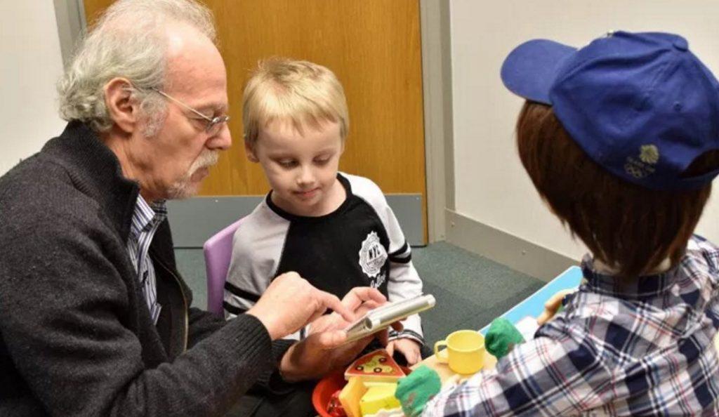 Κάσπαρ: Tο ρομπότ που βοηθά τα παιδιά με αυτισμό | Pagenews.gr