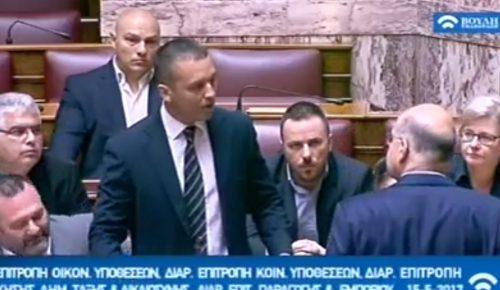 Χάος στη Βουλή: Ο Κασιδιάρης έσπρωξε τον Δένδια, χρυσαυγίτες του πέταξαν μπουκάλια (vid)   Pagenews.gr