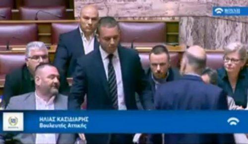 Καρέ-καρέ η στιγμή που οι χρυσαυγίτες πετούν μπουκάλια στον Νίκο Δένδια (vid)   Pagenews.gr