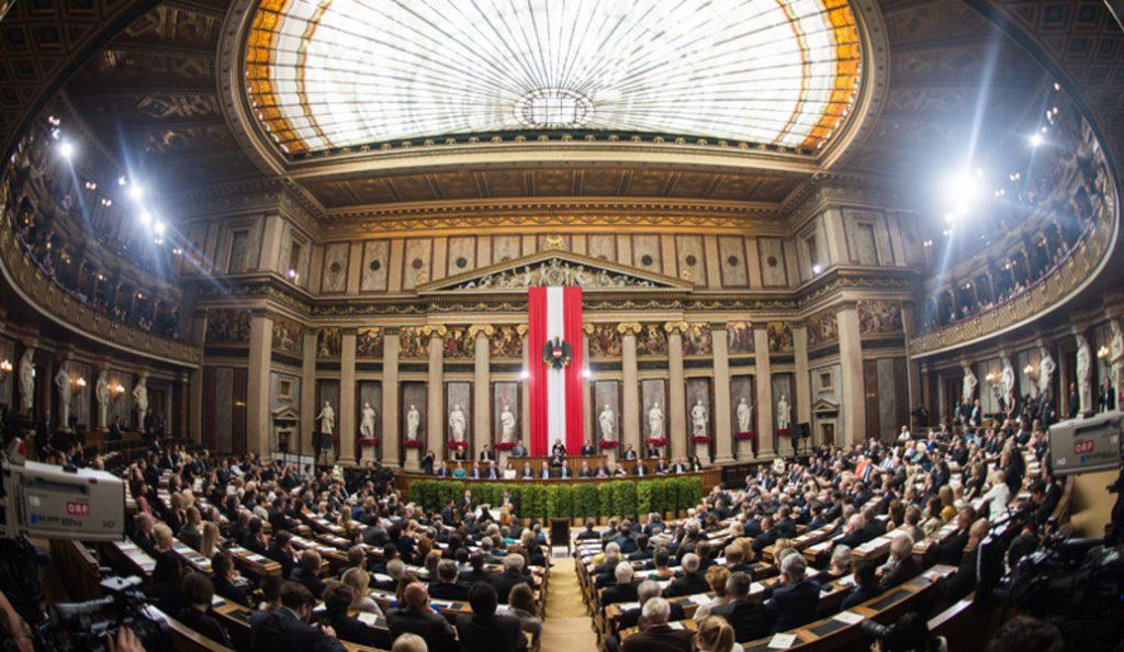 Αυστρία: Τι απαντά ο πρόεδρος της χώρας στα ρατσιστικά σχόλια ενάντια στο πρώτο μωρό του 2018 | Pagenews.gr