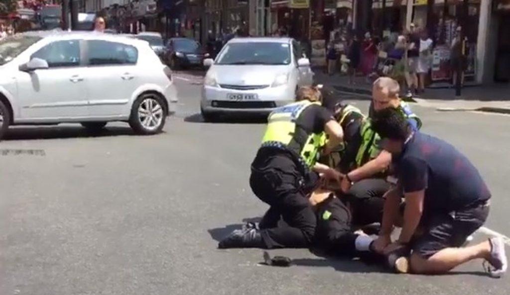 Λονδίνο: Ένοπλος επιχείρησε να επιτεθεί με μαχαίρι σε αστυνομικό στο σταθμό Πάντινγκτον (vids) | Pagenews.gr