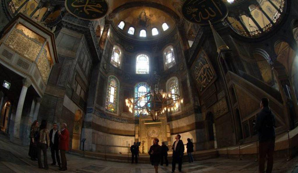 Hürriyet: Γιατί ενοχλήθηκαν οι Έλληνες με την προσευχή στην Αγιά Σοφιά;   Pagenews.gr