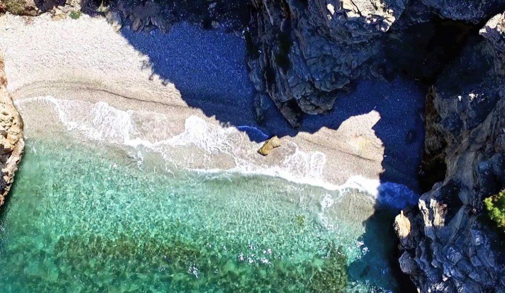 ΠΑΚΟΕ: Η λίστα με τις 75 ακατάλληλες και οι 88 κατάλληλες παραλίες της Αττικής   Pagenews.gr