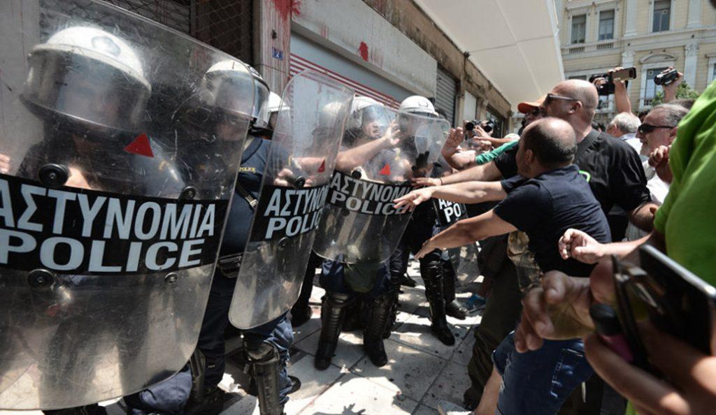Αποθέωση του συλληφθέντα και νέος ξυλοδαρμός στον Πειραιά | Pagenews.gr