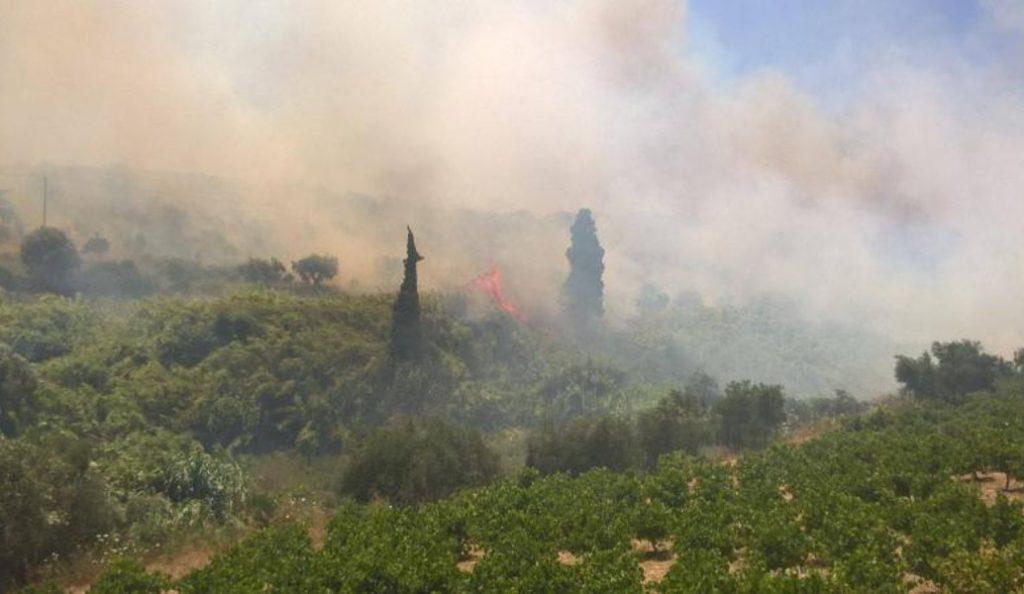 Κορώνη: Υπό μερικό έλεγχο η πυρκαγιά – Οι φλόγες έφτασαν δίπλα σε σπίτια (pics & vids) | Pagenews.gr