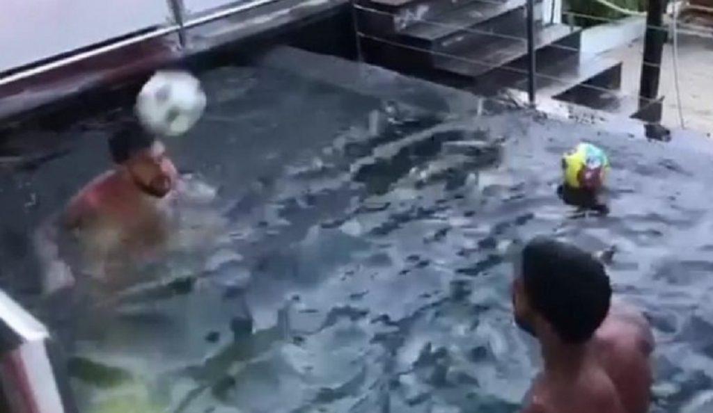 Μέσι και Σουάρες κάνουν μαγικά με τη μπάλα μέσα σε πισίνα (vid) | Pagenews.gr