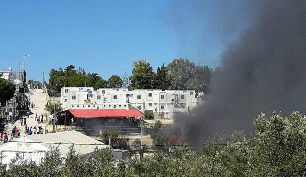 Πετροπόλεμος και φωτιές στο κέντρο μεταναστών στη Μόρια (vids) | Pagenews.gr