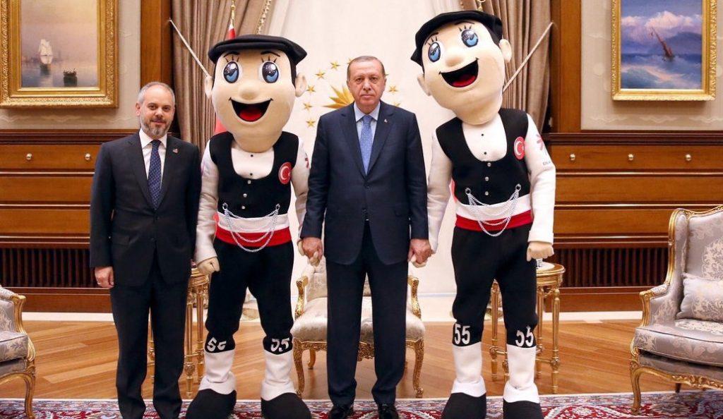 Αμήχανος Ερντογάν – Ποζάρει δίπλα σε μασκότ (pics) | Pagenews.gr