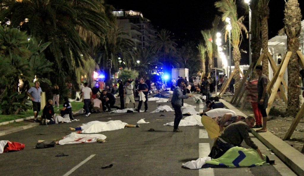 Σάλος στη Γαλλία: Το Paris Match δημοσιεύει φωτογραφίες από το μακελειό στη Νίκαια (pics) | Pagenews.gr