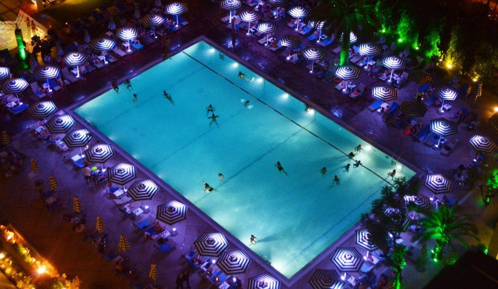 Βραδινό μπάνιο στην πισίνα του Hilton Αθηνών | Pagenews.gr
