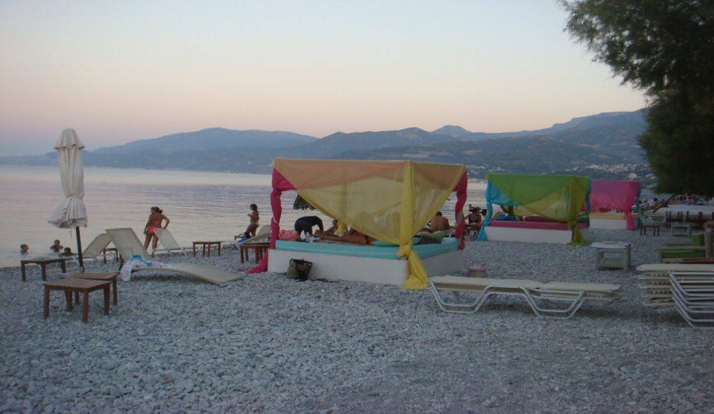 Δελφίνια κάνουν φιγούρες στην παραλία της Ακράτας (vid)   Pagenews.gr