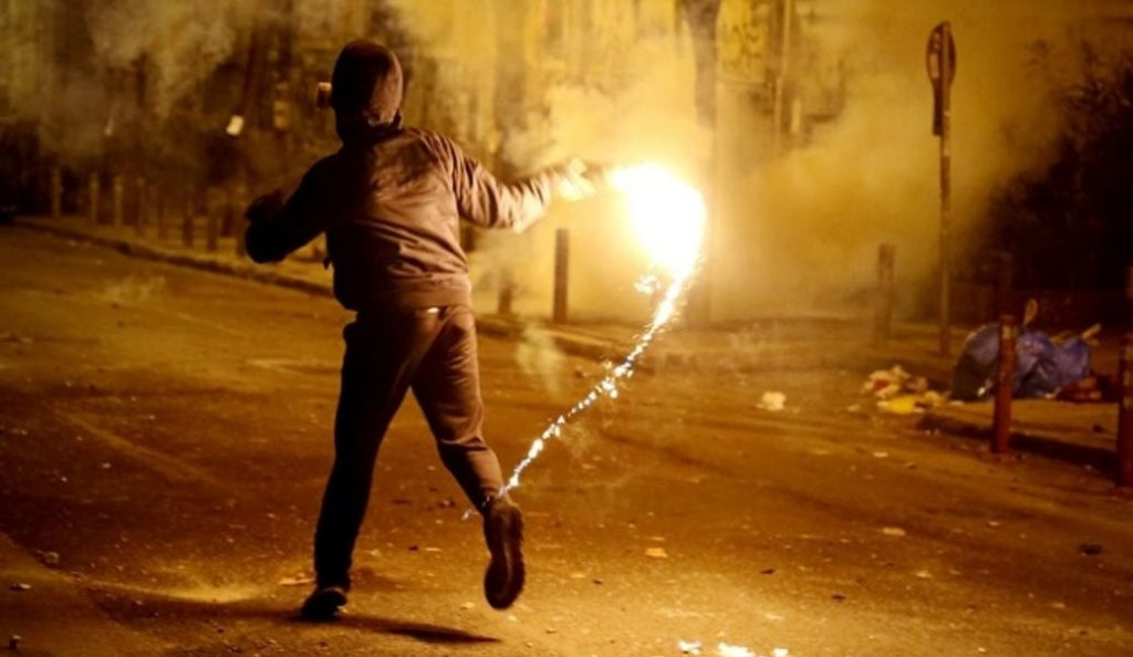 Επίθεση με μολότοφ κατά των ΜΑΤ στη Χαριλάου Τρικούπη | Pagenews.gr