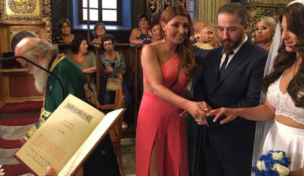 Κουμπάρα και νονά η Έλενα Παπαρίζου – Εντυπωσίασε το φόρεμά της (pics) | Pagenews.gr