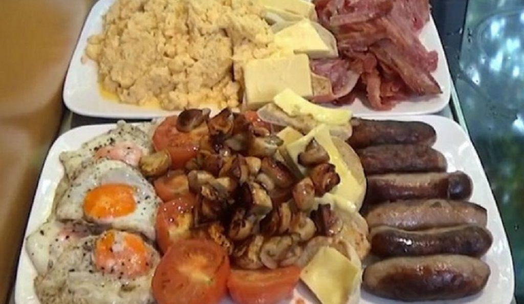 Κι όμως, κατάφερε να φάει το πρωινό που βλέπετε – Περιέχει 10.000 θερμίδες (vid) | Pagenews.gr
