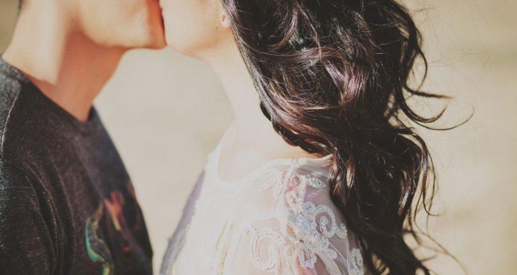Πες το μ' ένα φιλί | Pagenews.gr