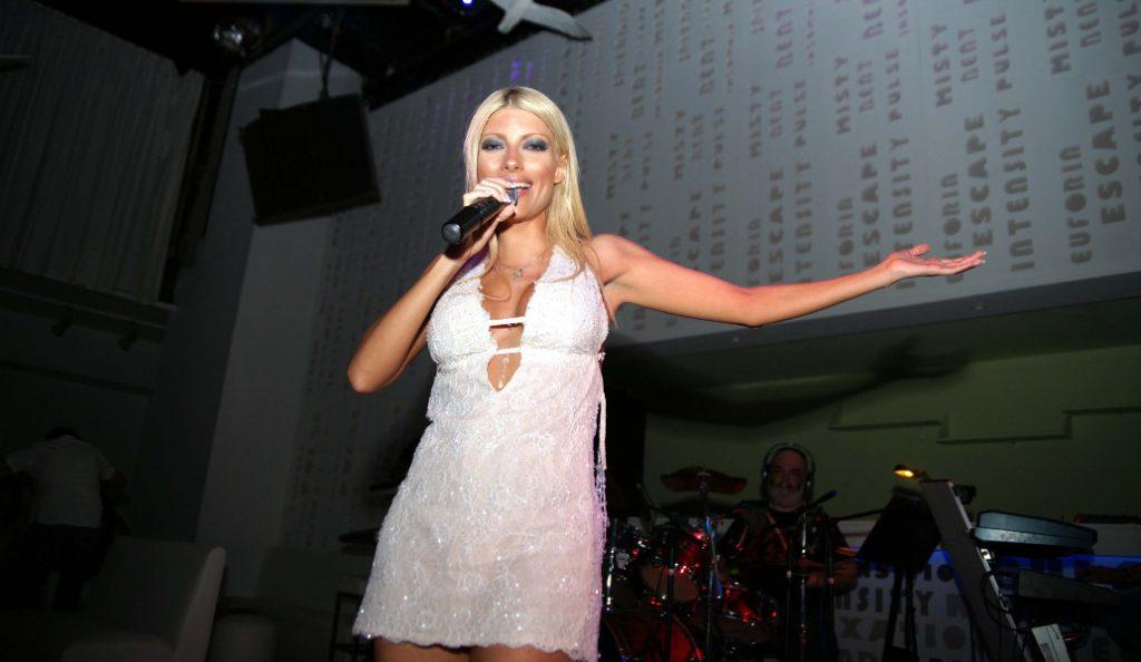 Αυτοκίνητο πάτησε γνωστή Ελληνίδα τραγουδίστρια | Pagenews.gr