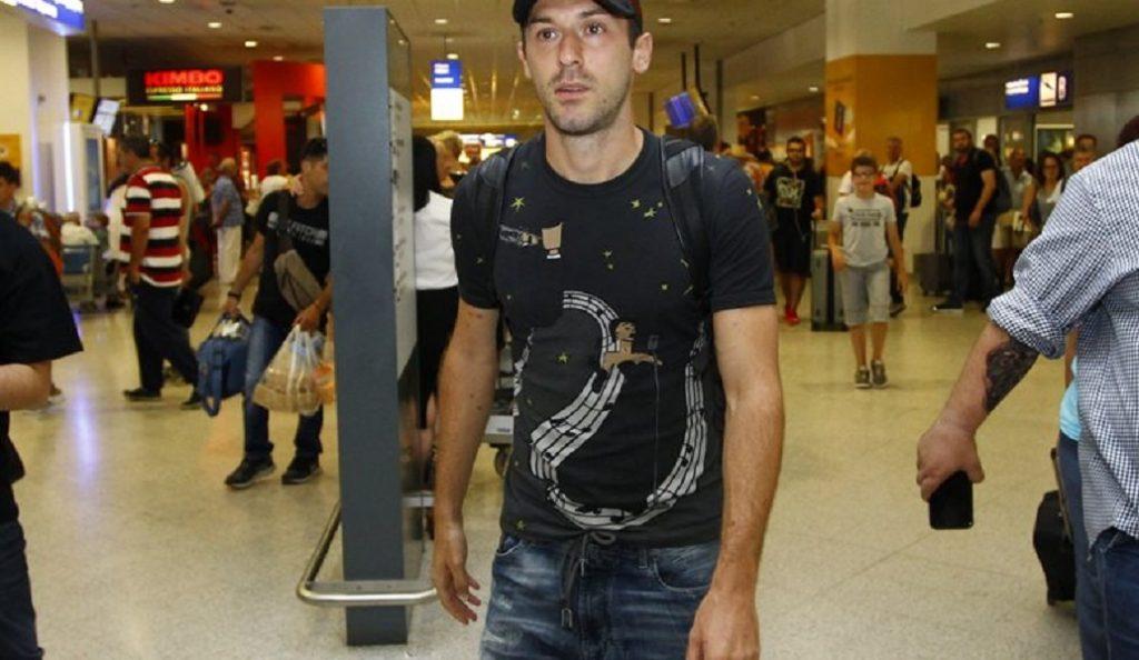 Έφτασε Αθήνα και υπογράφει στον Ολυμπιακό ο Μίλιτς | Pagenews.gr