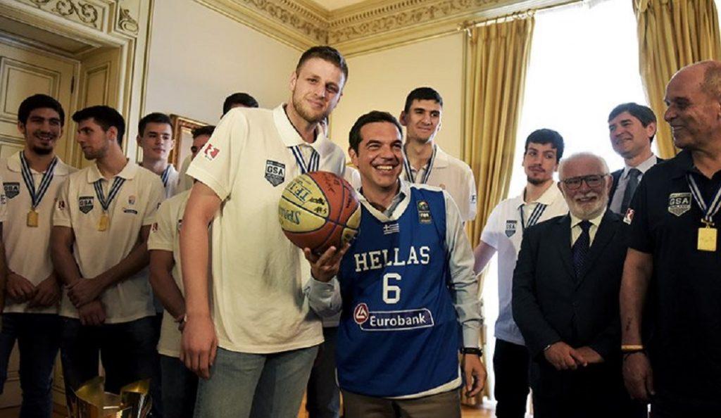 Ο Τσίπρας με φανέλα της Εθνικής Νέων – Τον επισκέφτηκαν τα «χρυσά» παιδιά (pics)   Pagenews.gr
