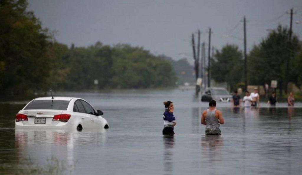 Ελληνίδα στο Τέξας «λυγίζει» για τον τυφώνα Χάρβεϊ (vid)   Pagenews.gr