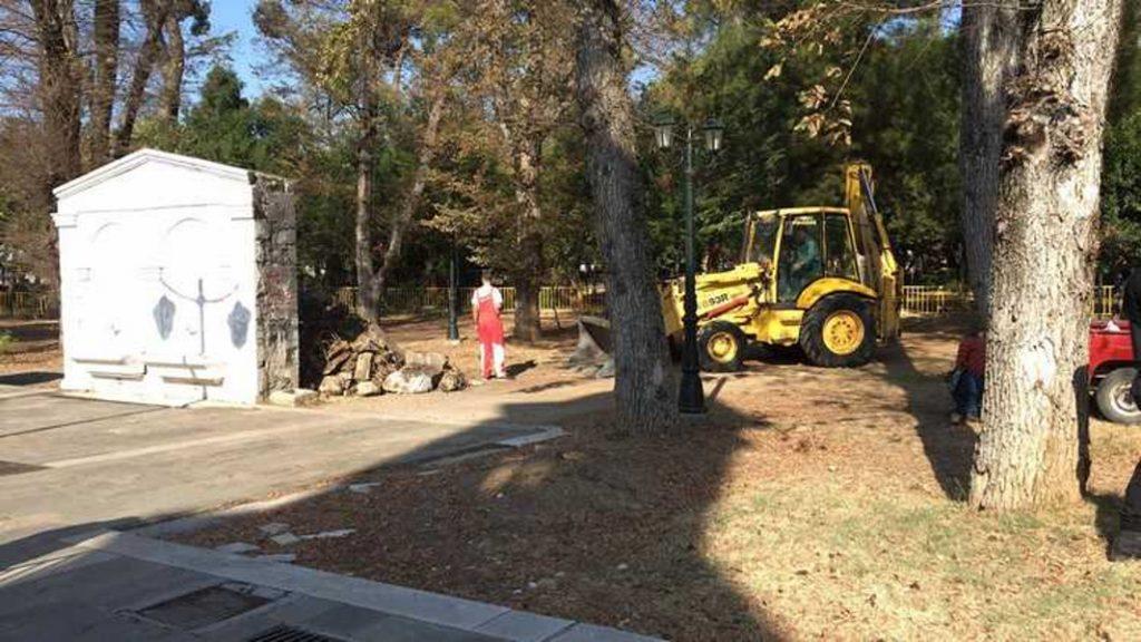 Δεν υπάρχει: Σκάβουν για… θησαυρό στην κεντρική πλατεία της Τρίπολης (pics & vid) | Pagenews.gr