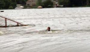 Tυφώνας Χάρβεϊ: Η στιγμή που ένα παιδί παλεύει να μην παρασυρθεί από την πλημμύρα (vid)   Pagenews.gr