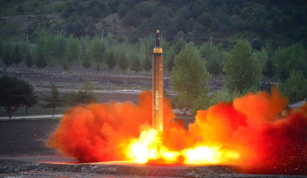 Τηλεφωνική επικοινωνία Μακρόν – Τραμπ – Άμπε για τις κυρώσεις στη Βόρεια Κορέα | Pagenews.gr