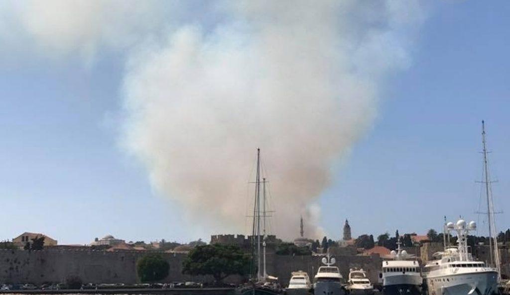 Ρόδος: Υπό μερικό έλεγχο η φωτιά – Χωρίς ρεύμα η πόλη (pics&vid)   Pagenews.gr