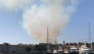 Ρόδος: Υπό μερικό έλεγχο η φωτιά – Χωρίς ρεύμα η πόλη (pics&vid) | Pagenews.gr
