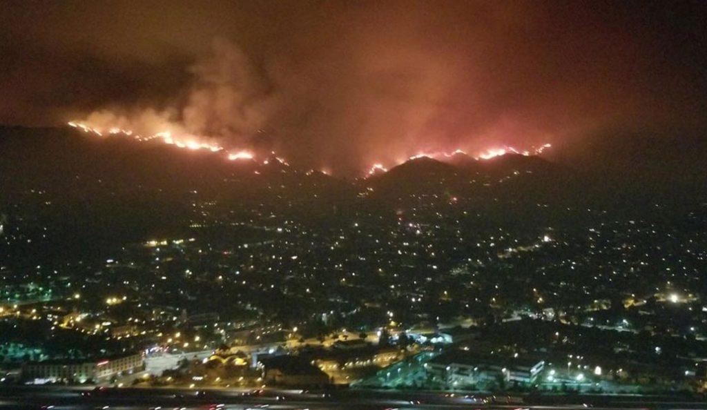 Λος Άντζελες: Μεγάλη φωτιά στις παρυφές της πόλης – Εκκενώθηκαν σπίτια (pics&vids) | Pagenews.gr
