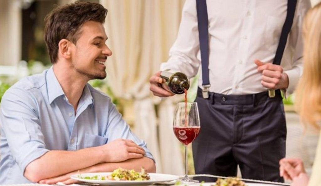Σερβιτόρος απολύθηκε γιατί είναι Γάλλος | Pagenews.gr