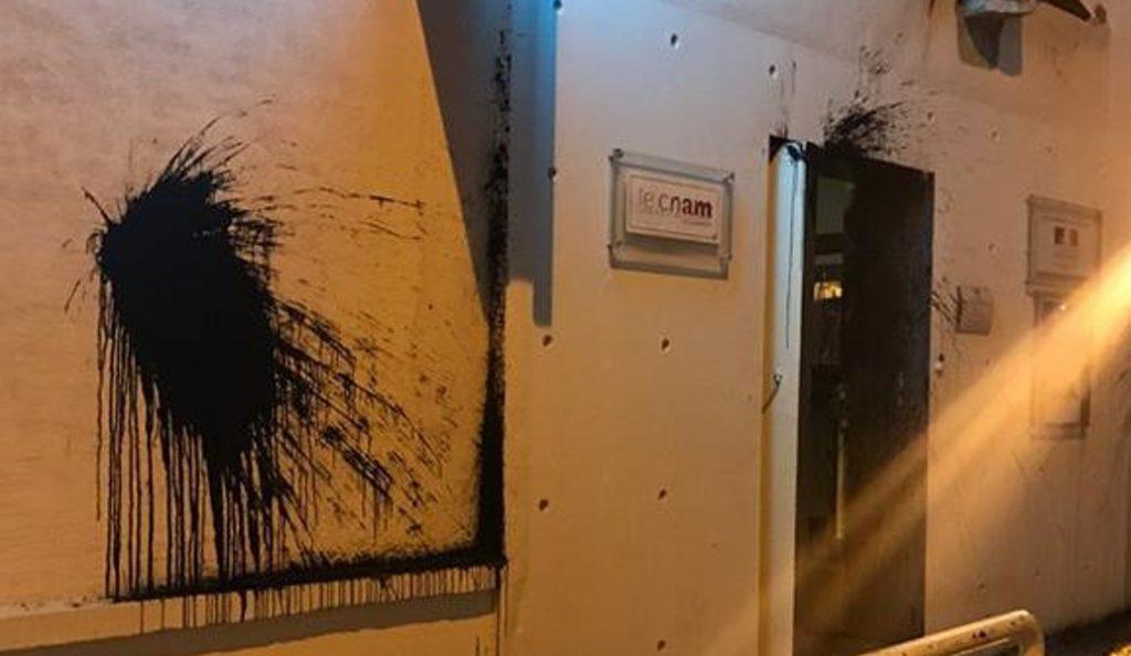 Μακρόν στην Αθήνα: Κενό ασφαλείας λίγο πριν από την άφιξή του – Επίθεση με μπογιές στο Γαλλικό Ινστιτούτο (pic) | Pagenews.gr