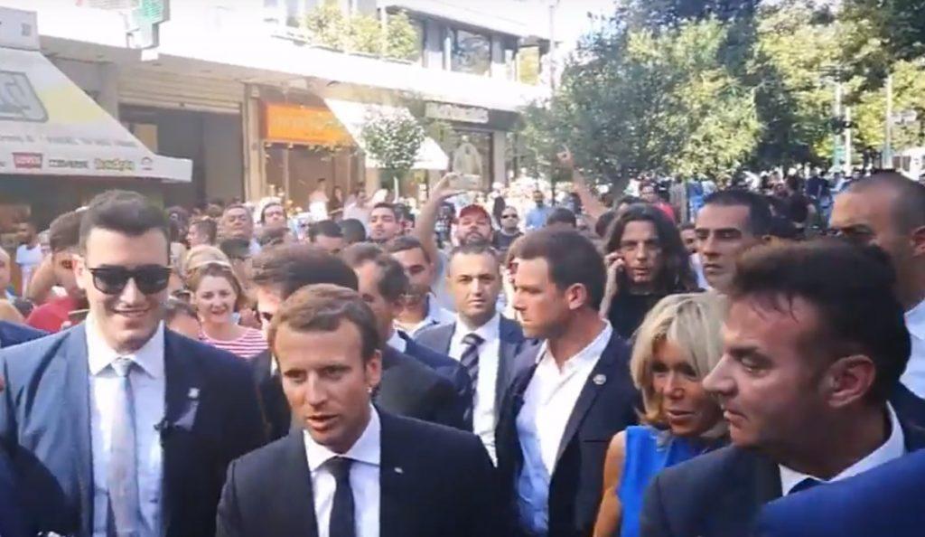 Εμανουέλ Μακρόν – Μπριζίτ Τρονιέ: Βγάζουν selfies με κόσμο στο Σύνταγμα (pics) | Pagenews.gr