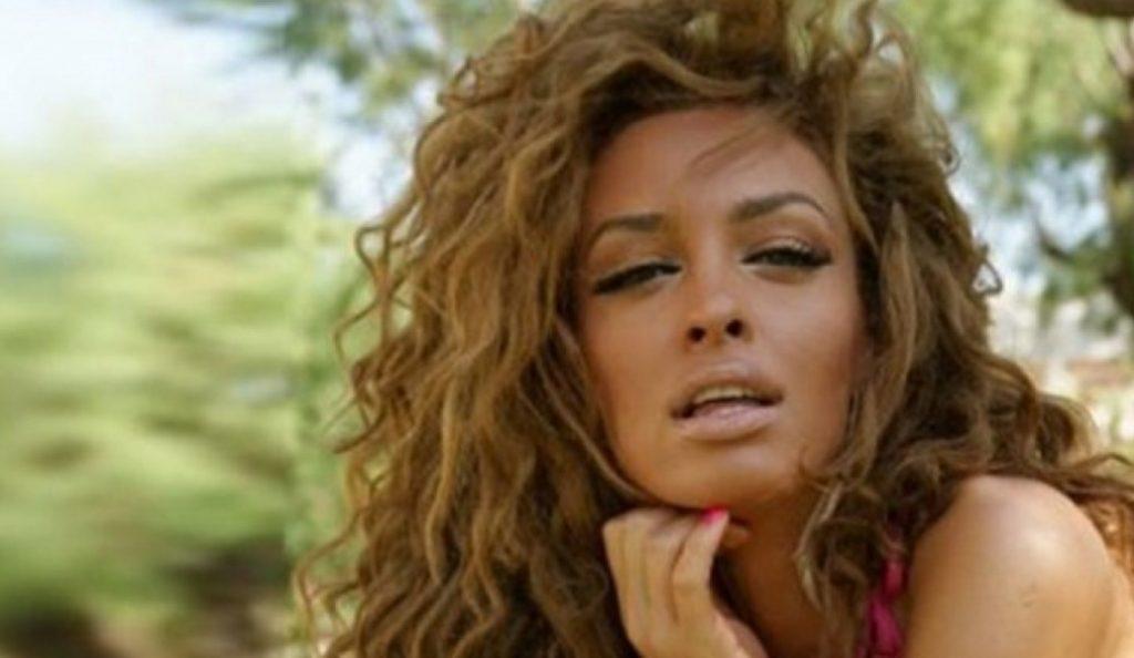 Ελένη Φουρέιρα: Η στιγμή που την κατεβάζουν από ταξί επειδή τραγουδά (vid)   Pagenews.gr