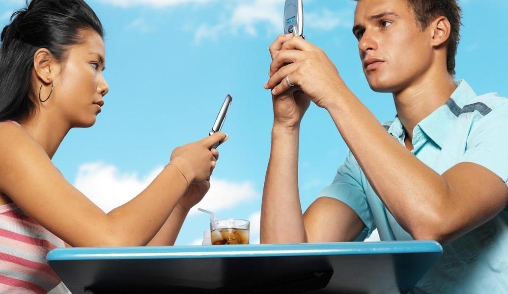 Πώς οι γνωριμίες σε απευθείας σύνδεση επηρεάζουν τις σχέσεις