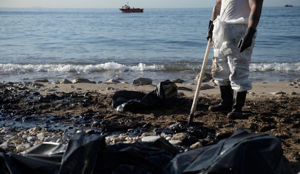 Απορρύπανση στον Σαρωνικό: Το Υπουργείο Ναυτιλίας για τις ακτές που έχουν καθαρίσει μέχρι στιγμής από το μαζούτ   Pagenews.gr