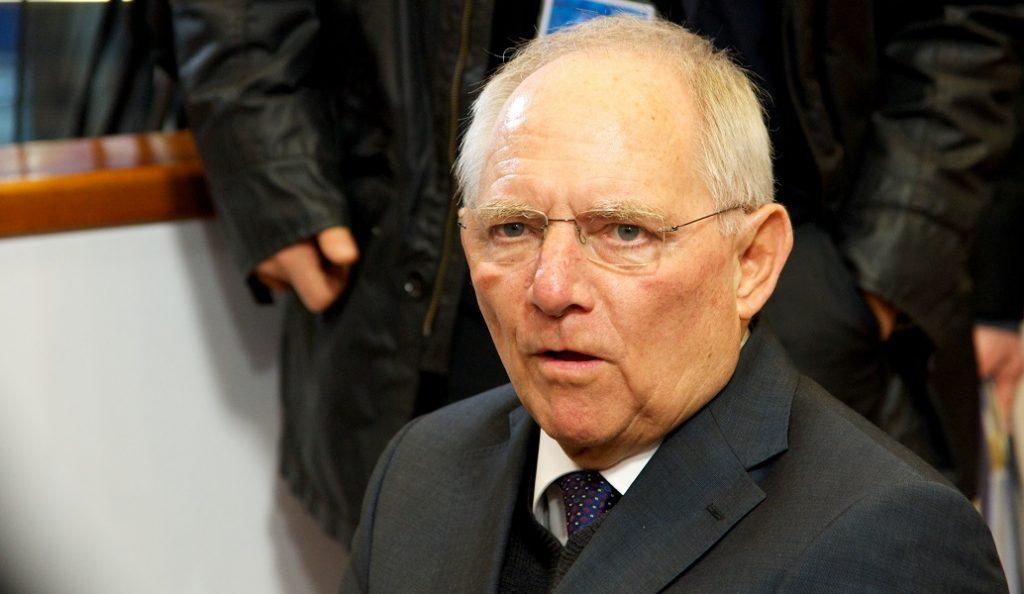 Bloomberg για αποχώρηση Σόιμπλε: Έλληνες μην ανοίγετε σαμπάνιες | Pagenews.gr