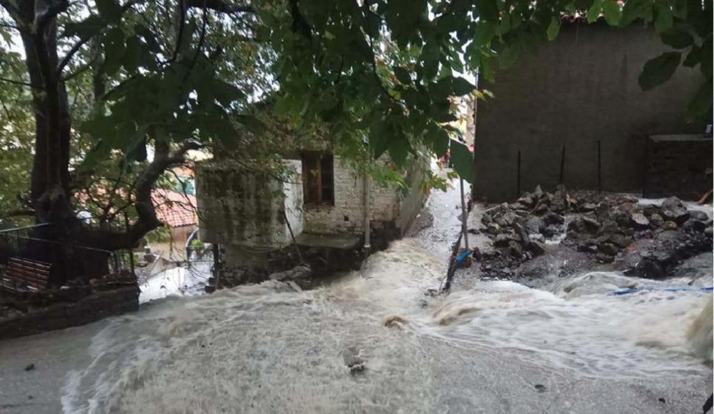 Σαμοθράκη: Θάφτηκε από τη θεομηνία – Κομμένοι δρόμοι, χαμένες περιουσίες (pics&vids) | Pagenews.gr