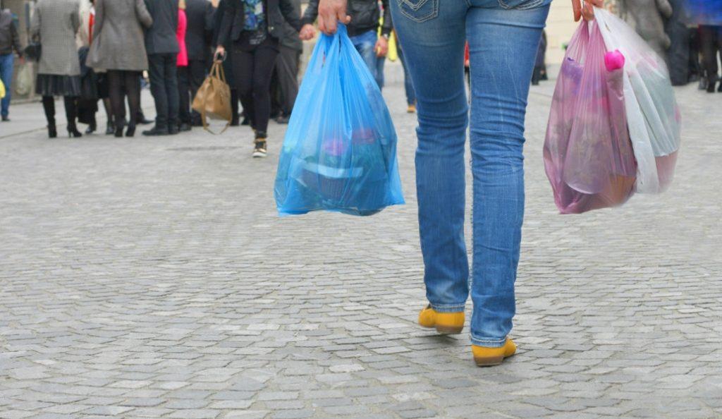 Χαράτσι για τις πλαστικές σακούλες: Βγήκε το ΦΕΚ – Στα 3 λεπτά το «καπέλο» | Pagenews.gr