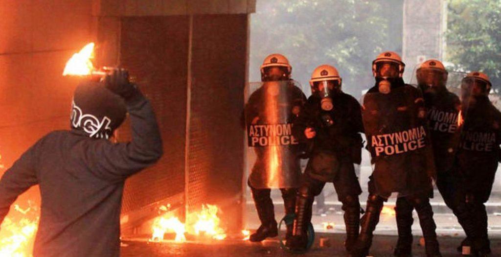 Πέταξαν μολότοφ και φωτοβολίδες σε διμοιρία των ΜΑΤ στα Εξάρχεια | Pagenews.gr